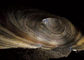 http://s.ngm.com/2009/06/tag-caves/img/01-rumbling-falls-615.jpg